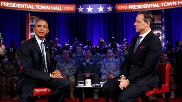 آقای اوباما (چپ) در جریان دیدار دیروز خود با نظامیان ارتش آمریکا به جک تَگر، مجری شبکه سیانان، از نارضایتی خود نسبت به لغو وتویاش گفت