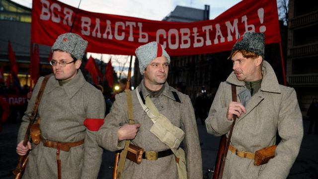 Hombres rinden homenaje a la revolución bolchevique de 1917