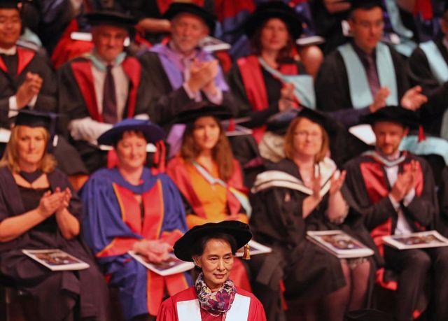 Aung San Suu Kyi presentada como dotora en Derecho en la Universidad de Monash, en Melbourne, Australia, el 20 de noviembre de 2013.