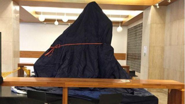 台灣的政治大學校總圖書館內的蔣介石銅像被館方披上布禁止接近。