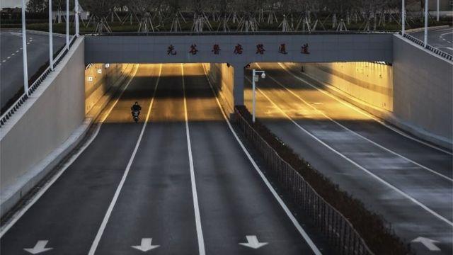 Motociclista na rua em Wuhan