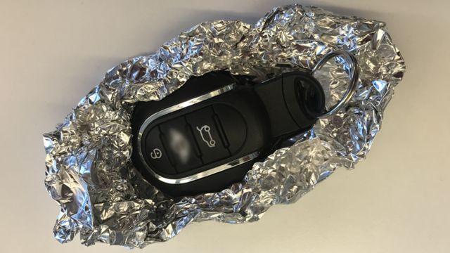 Chaves de carro envoltas em papel alumínio