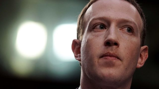 Mark Zuckerberg testificando en 2018