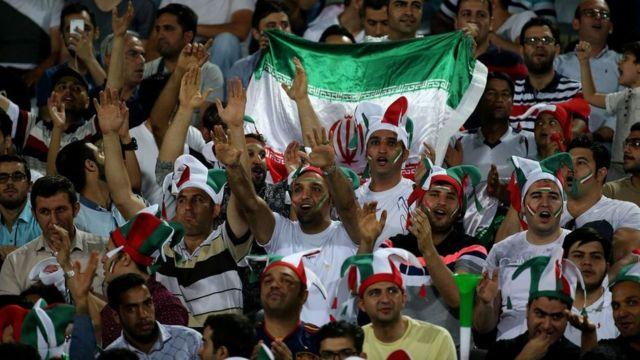 İranlı erkek taraftarlar
