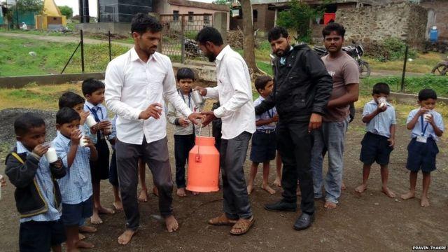 चांदवड तालुक्यातील कातरवाडी गावातील शेतकऱ्यांनी शाळेतील मुलांना दूध वाटप करत आंदोलन केले,
