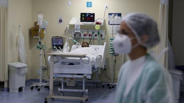 Paciente de covid-19 em hospital no Rio