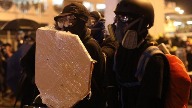 抗议者自制盾牌