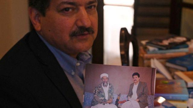 Hamid Mir muestra la foto de la entrevista con Bin Laden.