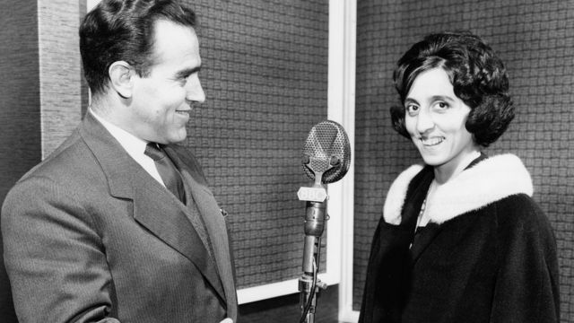 الصورة في استديو القسم العربي بهيئة الإذاعة البريطانية في لندن عام 1961 .
