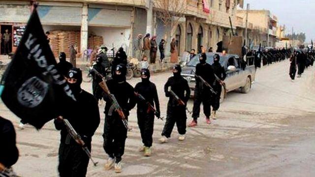 عناصر تنظيم الدولة الإسلامية في مسيرة بالرقة
