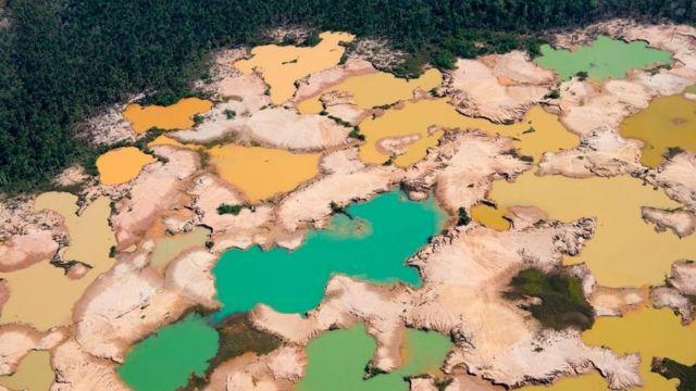 秘鲁亚马逊雨林地区,马德雷德迪奥斯河(Madre de Dios)盆地,非法挖掘金矿导致化学污染,大片森林被毁