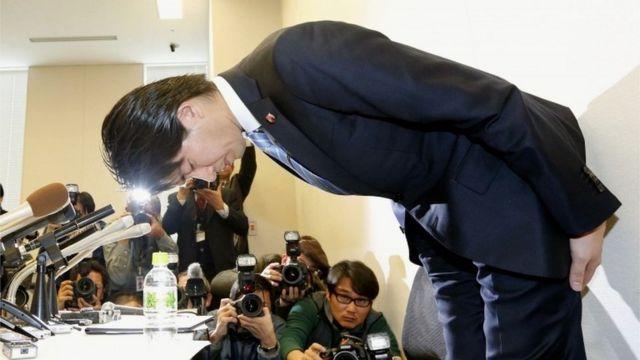 記者会見で謝罪する宮崎議員(2月12日)