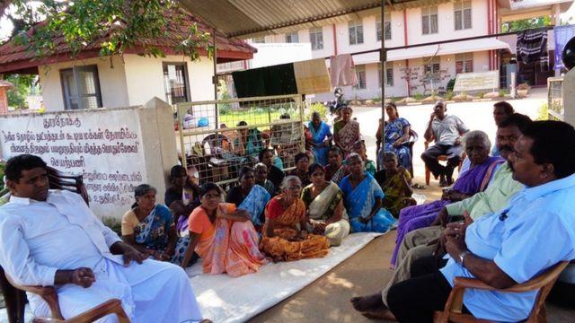 முல்லைத்தீவில் மக்களின் காணிகளை ராணுவத்தினர் கையளிக்க கோரி போராட்டம்