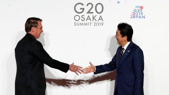 Bolsonaro cumprimenta do primeiro-ministro do Japão, Shinzo Abe, no G20, em Osaka, no Japão