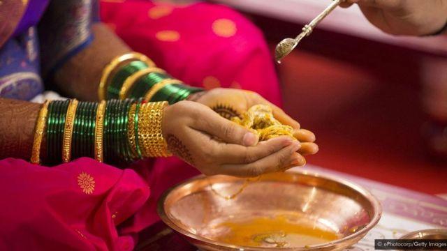 இந்து சமுதாயங்களில், திருமணங்கள் போன்ற கொண்டாட்ட தருணங்களில் மஞ்சள் பயன்படுத்தப் படுகிறது. வளமை மற்றும் விருத்தியின் அடையாளமாக இது கருதப்படுகிறது.