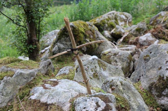 U poslednjih nekoliko meseci, na mestu smrti Žene iz Isdala postavljen je drveni krst