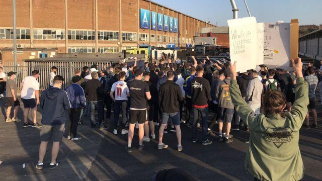 大約700名球迷聚集在英國埃蘭路球場外抗議,抗議者在開球前散開。