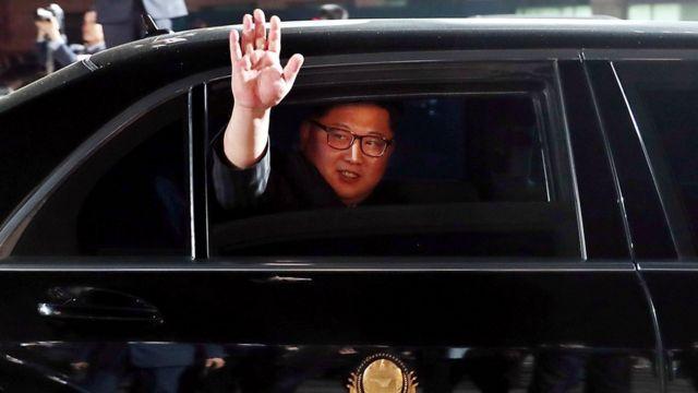 傍晚的宴会结束后,金正恩在车上挥手与文在寅告别。