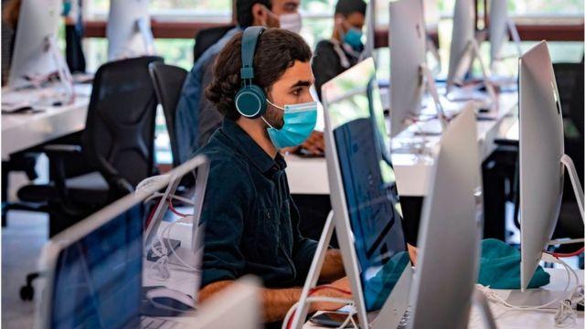 Un hombre frente a un ordenador
