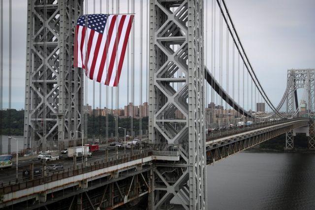 علم أمريكي عملاق يرفرف فوق جسر