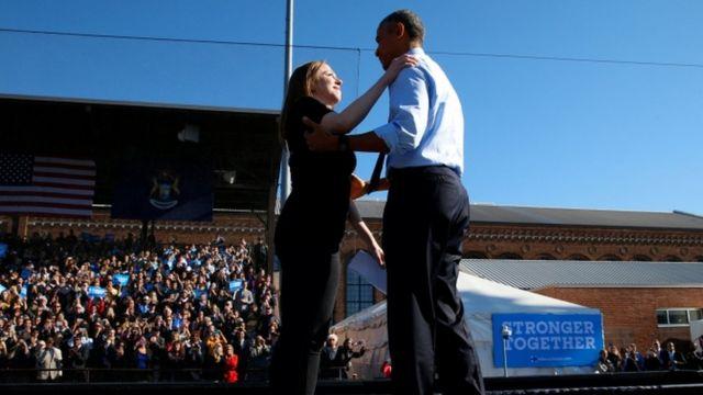 ミシガン州でクリントン氏の支持者集会に参加したオバマ大統領とクリントン氏の娘のチェルシーさん