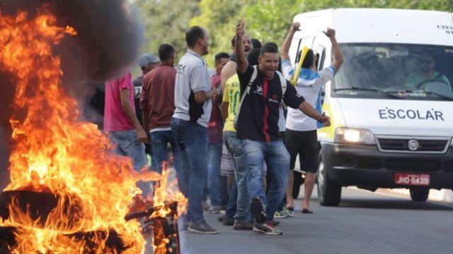 Manifestantes ateiam fogo em pneus para fechar via em Brasília