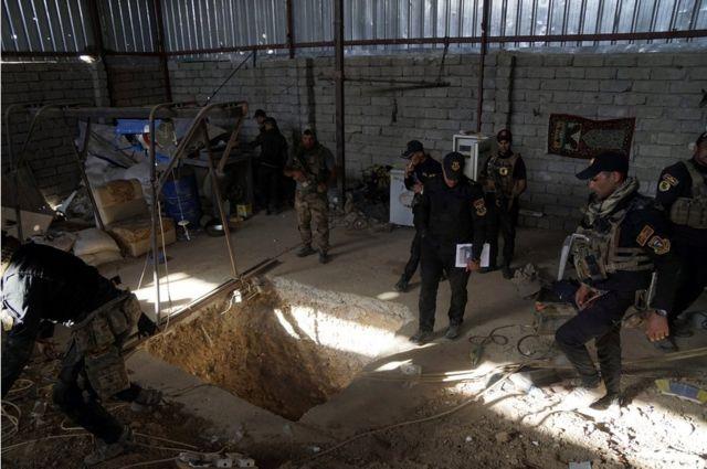 قوات أمنية عراقية تحيط بنفق مستخدم من طرف مسلحي تنظيم الدولة الاسلامية في مدينة برطلة ، شرق الموصل، يوم 20 أكتوبر / تشرين الأول 2016