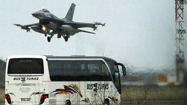бельгийский F-16 взлетает с литовской базы Зокняй
