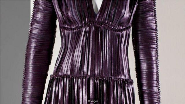 """""""维吉皮""""(Vegea)是一种利用葡萄渣废料制成的环保""""皮革""""材料。用这种材料制作的裙子就是充分展现了具有可持续性的创新技术。(Credit: Vegea)"""