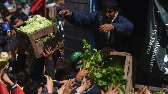Productores regalan verduras en Buenos Aires
