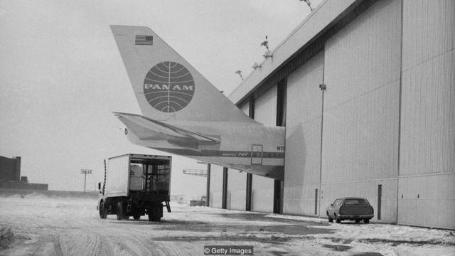หางเครื่องบินโบอิ้ง 747 โผล่ออกมาจากอาคาร