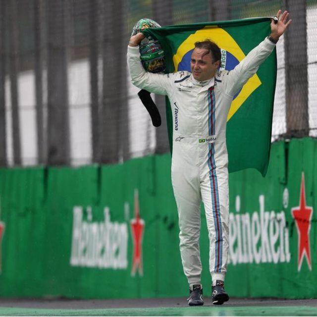 Felipe Massa melambaikan tangan perpisahan kepada publik negerinya -ia akan pensiun di akhir musim.