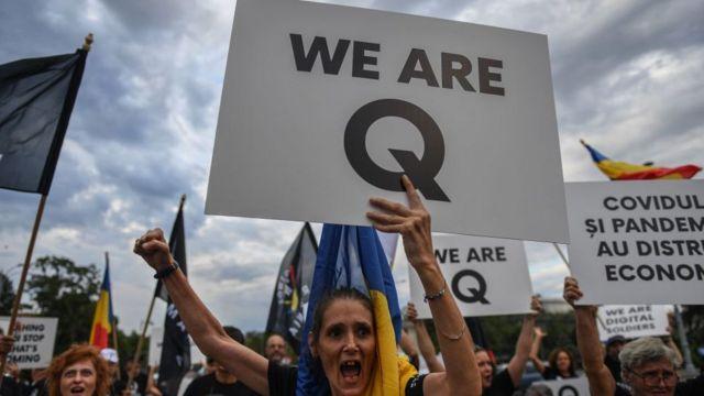 Creyentes de QAnon durante una protesta en Rumania.