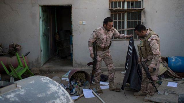 جنود عراقيون يفتشون منازل في الموصل