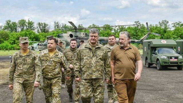 Madaxweynaha Ukraine Petro Poroshenko (qofka labaad ee dhanka midig) ayaa la kulmayay ciidammadiisa mar uu bishii June kormeer ku tegay gobolka Donetsk