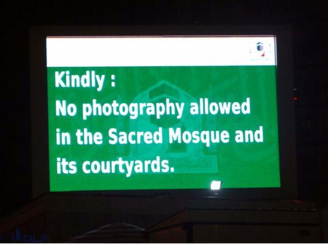 Papan elektronik larangan memotret di kawasan Masjidil Haram