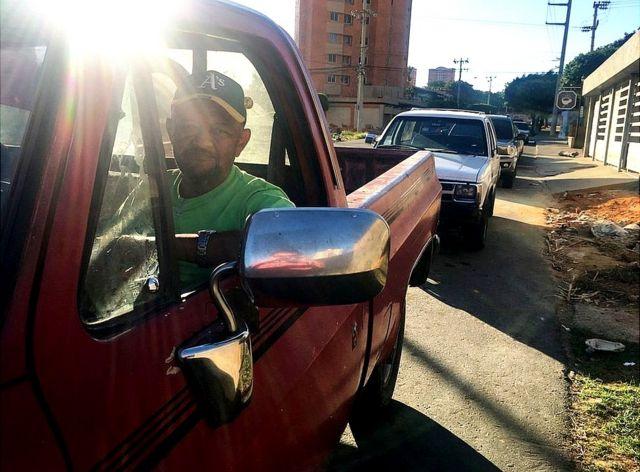 Rubén Rincón hace fila con su coche en una gasolinera. (Foto: Gustavo Ocando Alex)