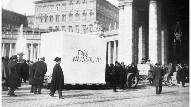 Transporte do imenso bloco que servirá de pedestal para a estátua de mármore de Mussolini, em 1930