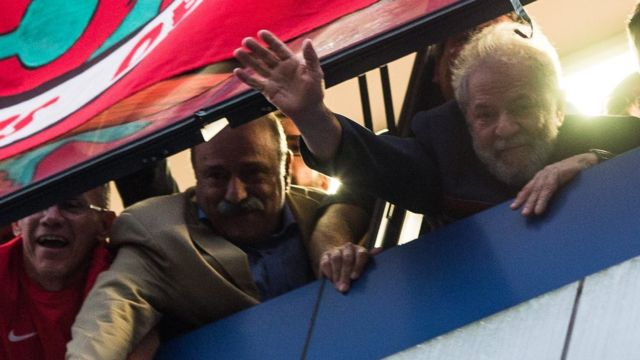 Lula acena ao público a partir de janela de sindicato