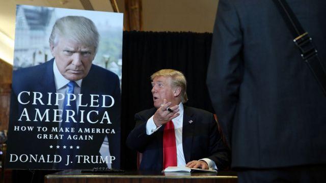著書「手負いのアメリカ」にサインするトランプ氏