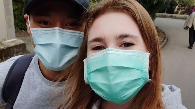 Bruna Sebastiany e o namorado usando máscaras