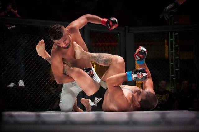 Atletas em evento de MMA da Igreja Renascer