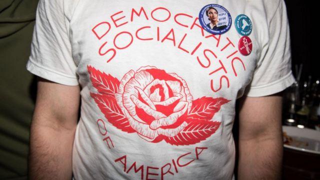 """Một người ủng hộ Alexandria Ocasio-Cortez mặc chiếc áo đề chữ """"Chủ nghĩa xã hội dân chủ"""""""