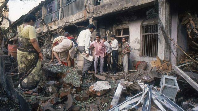 1993 में मुंबई में बम धमाके के बाद का एक मंज़र