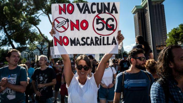 Демонстрация в Мадриде против масок, вакцинации, а заодно - и 5G