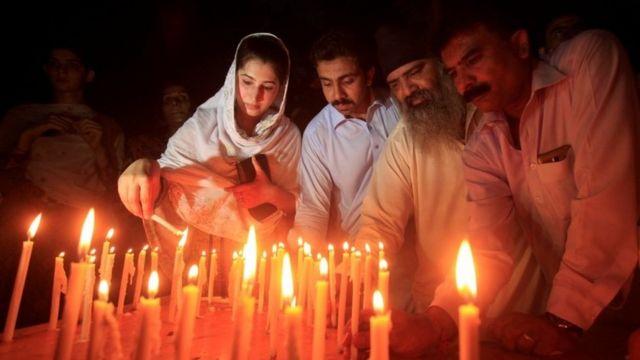 パキスタン各地で人々が病院攻撃の犠牲者への哀悼の意を表した