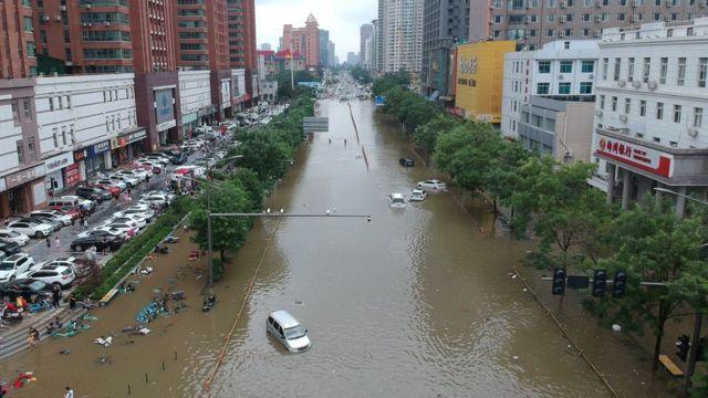 Cảnh lũ lụt trên cao cho thấy nước ngập lụt theo sau mưa lớn tại Trịnh Châu