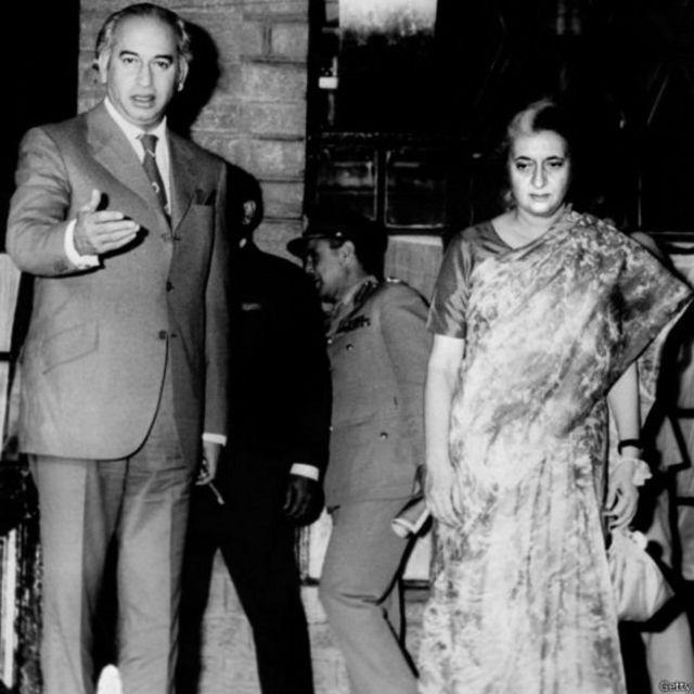 इंदिरा गांधी पाकिस्तान के राष्ट्रपति ज़ुल्फ़िकार अली भुट्टो के साथ वर्ष 1972 में शिमला समझौते के दौरान