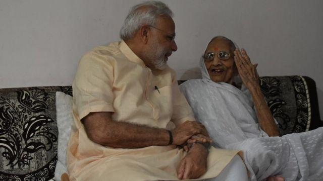 अपनी मां से मिलने पहुँचे प्रधानमंत्री मोदी