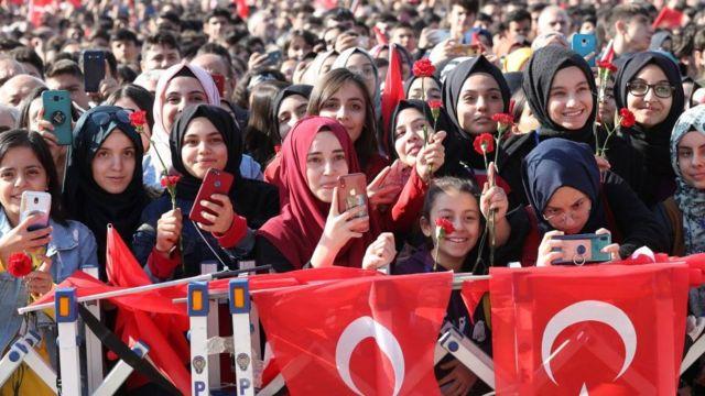 Z kuşağı: Türkiye'de Z kuşağı kimlerden oluşuyor, sorunları neler? - BBC News Türkçe